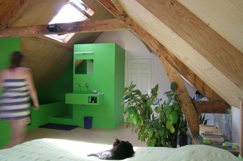 overzicht slaapruimte op zolder met open polyester badmeubel