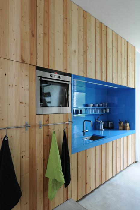 houten keukenwand met blauwe nis